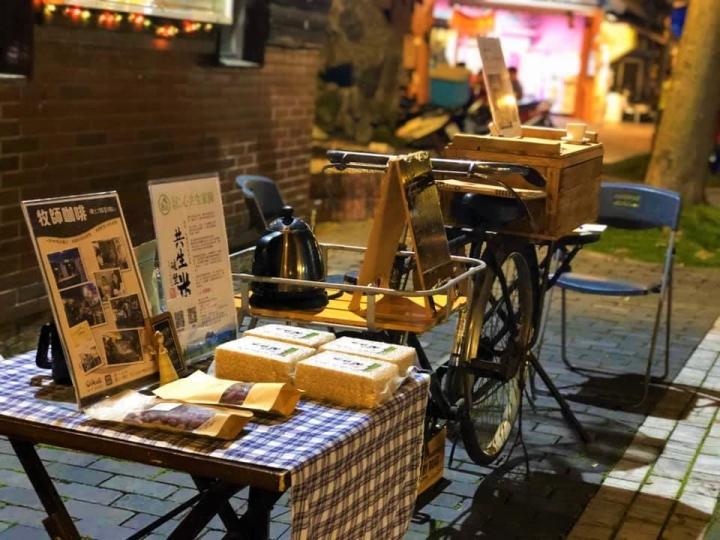 位於花蓮市舊鐵道行人徒步區的「解憂咖啡攤位」。(圖:Oikos-牧師咖啡-洄家共好空間臉書)