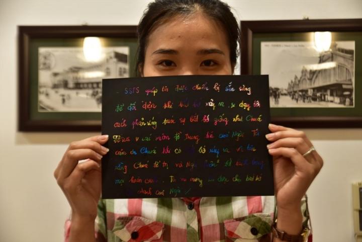 安蘭以彩筆寫下接受《勝過風暴》課程後的感受。(圖:敞開的門網站)