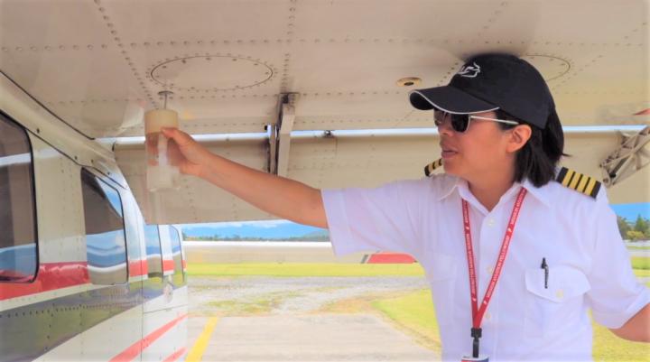 林喬伊斯親自檢查飛機。(圖:航空宣教使團視頻擷圖)