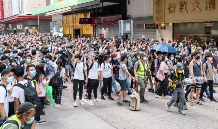 港版國安法在萬名港人示威表達不滿下通過。(圖:Getty Images)