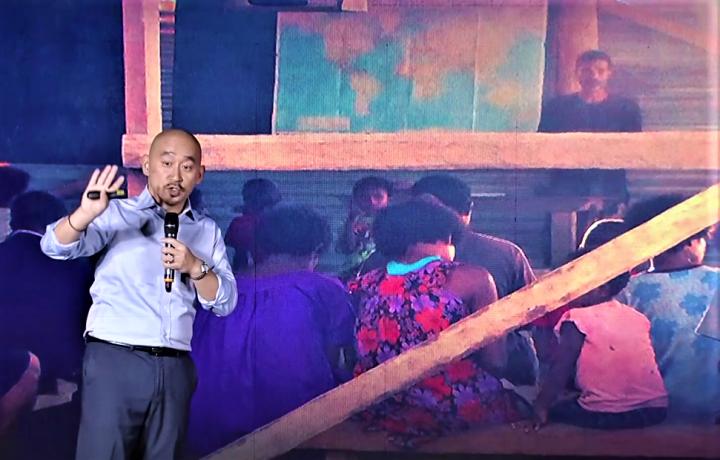 陳維恩展示照片,一島民歸主成為長老後在講道。(圖:華福 TIP Talk視頻擷圖)