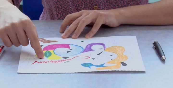 周偉豪示範繪畫創作安撫情緒。(圖:中神抗疫家庭短片擷圖)
