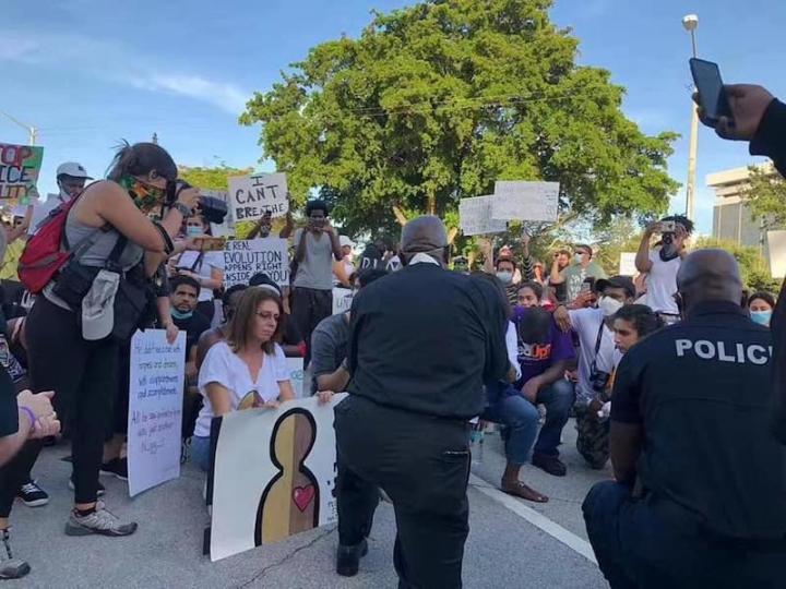 在邁亞密附近的珊瑚山牆市(Coral Gables)約有200 名示威者來到市政廳前面,代表邁阿密-戴德縣(Miami-Dade)的執法機構的22名負責人跪在台階上要求與民眾一起祈禱。