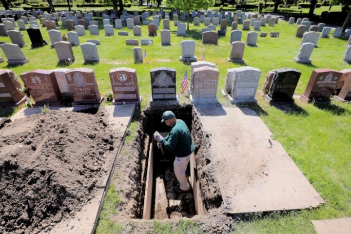 部分疫病逝者葬於馬薩諸塞州埃弗里特市的一處墓地。(圖:路透社)