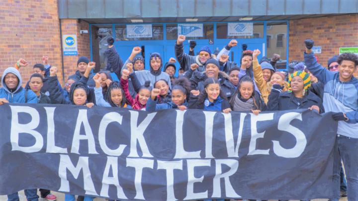 美國密爾瓦基公立學校拉起「黑人的命也是命」標語抗議。(圖:Milwaukee Public Schools網站)