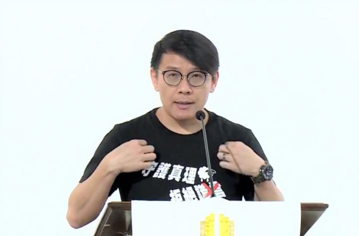 洪國謙牧師示意一年前穿上黑衣展開祈禱運動。(圖:香港教牧網絡視頻擷圖)