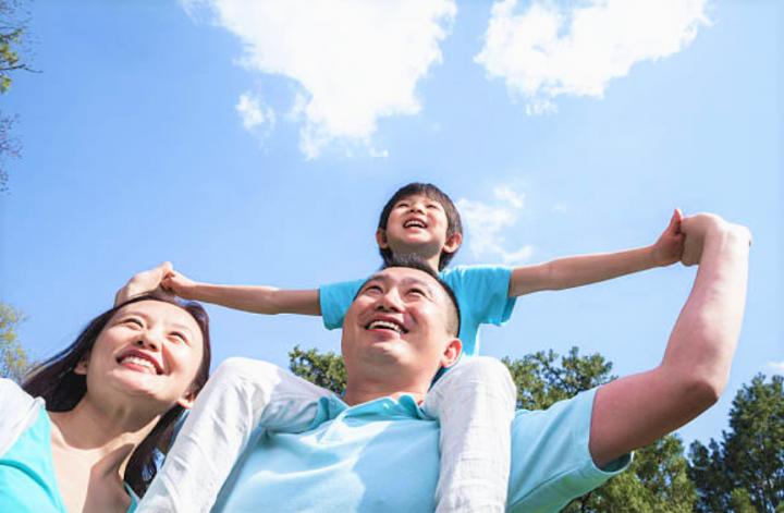 華人父親角色亦轉變多投入時間在家庭。(圖:Getty Images)