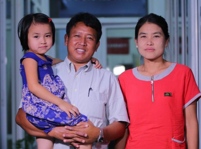 敦牧師被釋放後與妻女合照。(圖:Gospel for Asia)