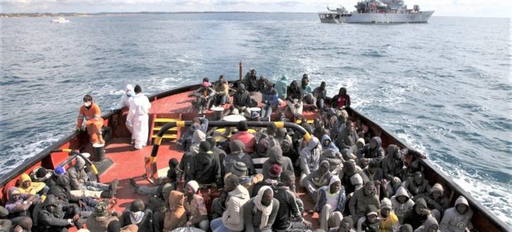 二百多難民在地中海上獲救準備前往意大利西西里島。(圖:聯合國難民署)