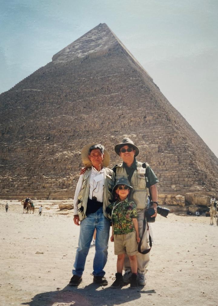 1999年蔡春曦牧師與父親及女兒攝於埃及金字塔。(圖:蔡春曦牧師 提供)