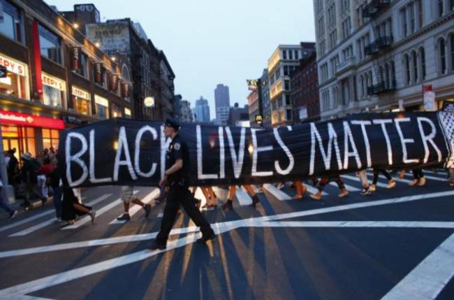 美國非裔男子弗洛伊德遭警員膝部壓頸致死,美歐各地爆發反種族歧視示威。(圖:網絡圖片)
