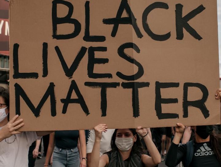 美國非裔男子弗洛伊德死於警暴,全國掀起反種族歧視運動。(圖:網絡圖片)