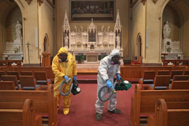 清潔人員為教堂消毒。(圖:Getty Images)
