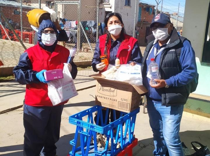 明愛玻利維亞社牧關懷成員探訪監獄,送上食品、藥品和衛生用品。(圖:明愛玻利維亞)