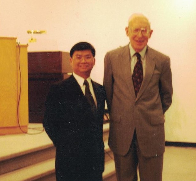 巴刻博士與蔡春曦牧師攝於1998年普及神學課程舉行畢業典禮後。(圖:蔡春曦牧師提供)