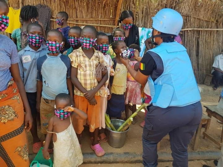 聯合國剛果民主共和國維持和平特派團成員向兒童和婦女分發口罩。(圖:聯合國臉書)