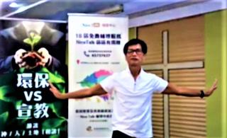 莫日光在鏡頭面前示範手襪操。(圖:忠僕事奉中心視頻擷圖)