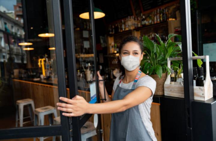 疫情下食肆要求員工客人帶口罩。(圖: Getty Images )