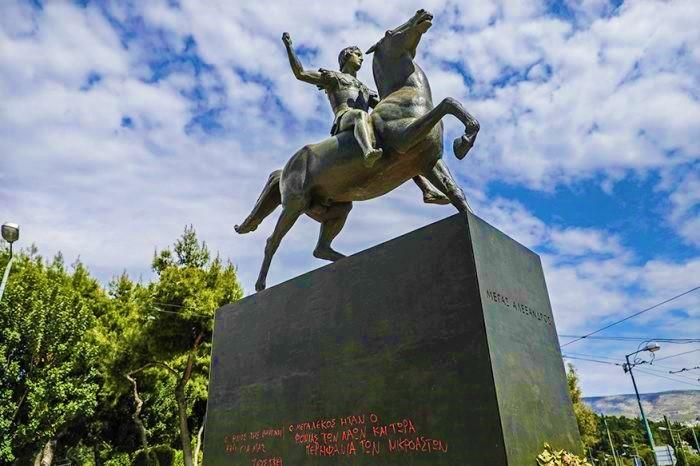 雅典市中心亞歷山大雕像。(圖:網絡圖片)