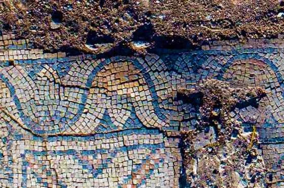 修道院中殿鋪滿藍色的馬賽克。(圖:以色列古物局)