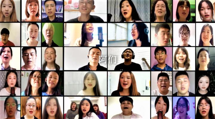 來自中國內地的學生聚首一堂合唱《祝福中國》。(圖: YouTube 擷圖)