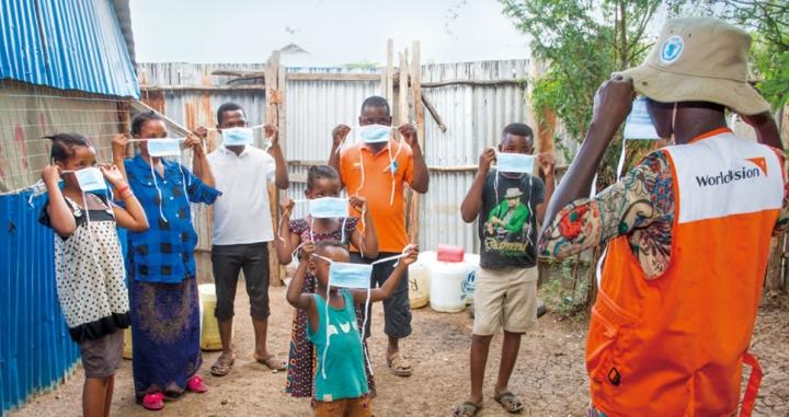 世界宣明會同工教導肯亞村民戴口罩。(圖:世界宣明會)