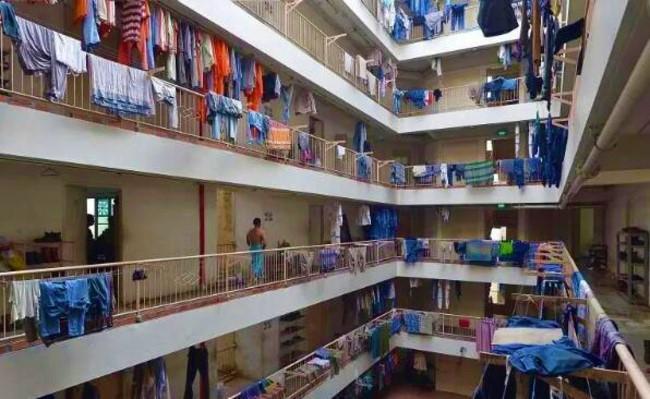 新加坡外勞宿舍居住環境擠迫。(圖:網絡圖片)