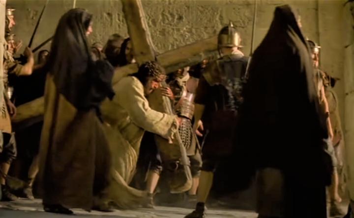 《受難曲》耶穌背十字架一幕。(圖:youtube擷圖)
