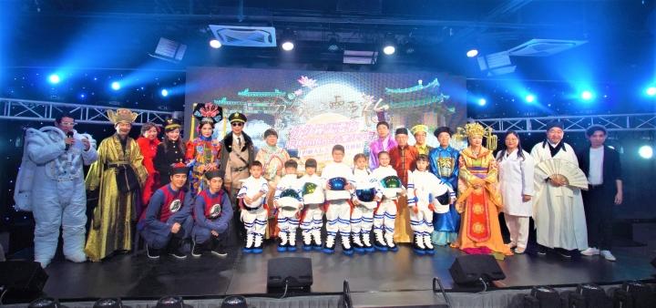 表演嘉賓穿上古裝與小太空人合照。(圖:影音使團提供)