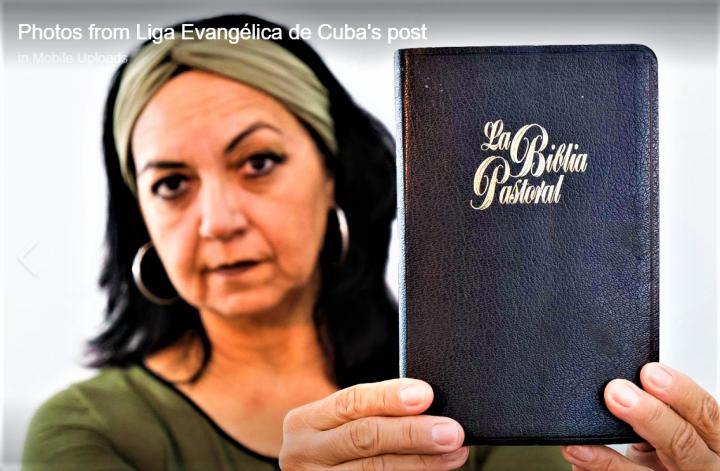 阿利達·萊昂在臉書展示「我信聖經」標籤及聖經圖片。(圖:古巴福音派聯盟臉書)