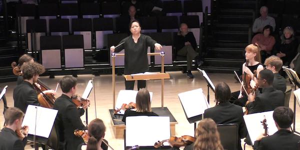 唐文心指揮皇家北方音樂學院交響樂團馬勒第五交響曲第二樂章大師班。(RebeccaTong/Youtube截圖)