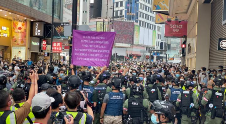 今年10月1日國慶日大批市民上街示威,執法人員舉旗示警。(圖:Studio Incendo)