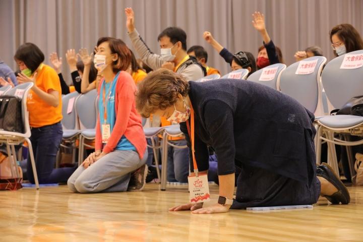 參加者在特會懇切禱告。(圖:烈火特會臉書)