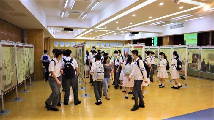 學生參觀馬禮遜來華歷史展。(圖:澳門基督教書展臉書)
