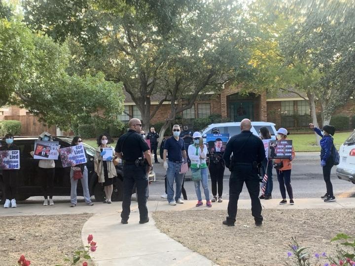 示威者在傅希秋家門舉起標語牌。(圖:對華援助協會)
