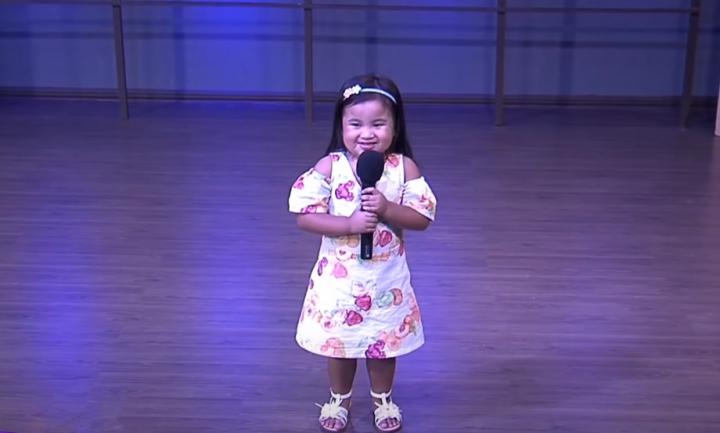 菲律賓兩歲女童唱出一系列動人詩歌。(圖: YouTube 擷圖)
