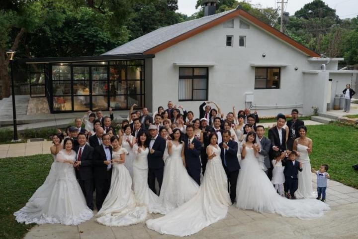 浸聯會30對牧師夫婦重披婚紗合照。(圖:粘碧鳳臉書)
