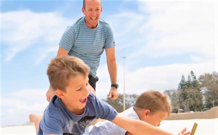 父親與孩子在沙灘遊玩。(圖:The Fathering Project視頻擷圖)