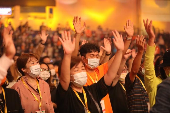 烈火特會參加者舉手禱告。(圖:烈火特會臉書)