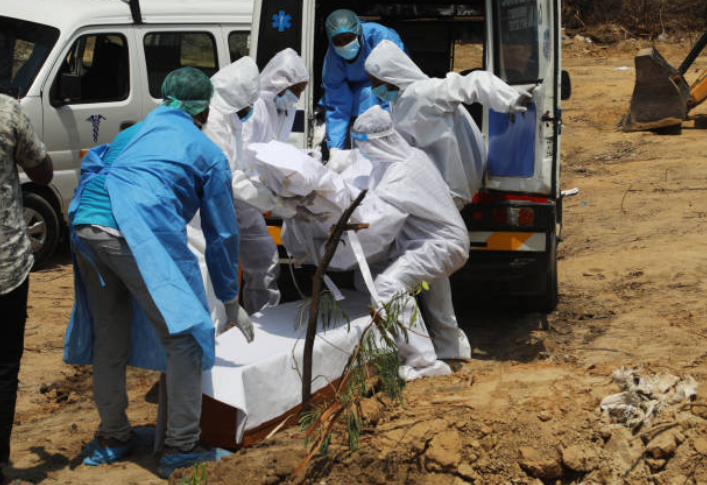 醫護人員運送受病毒感染死亡的屍體。(圖:Getty Images)
