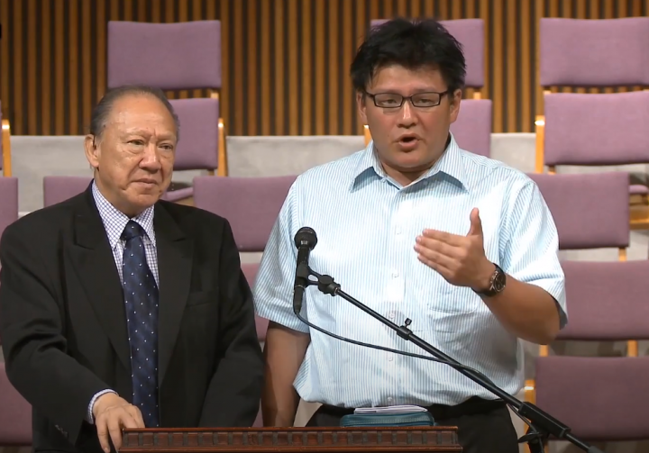 唐文廉[右]在一次台灣講座中分享見證,左為唐崇榮。(圖:唐崇榮國際佈道團視頻擷圖)
