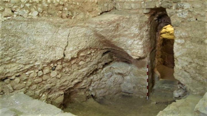 房屋的門口是在天然洞穴中在岩石上鑿成。(圖:BBC)
