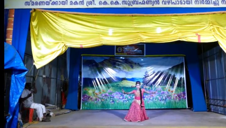 印度有舞者跳著〈眾神之神〉舞之一。(圖:bilibili網視頻擷圖)