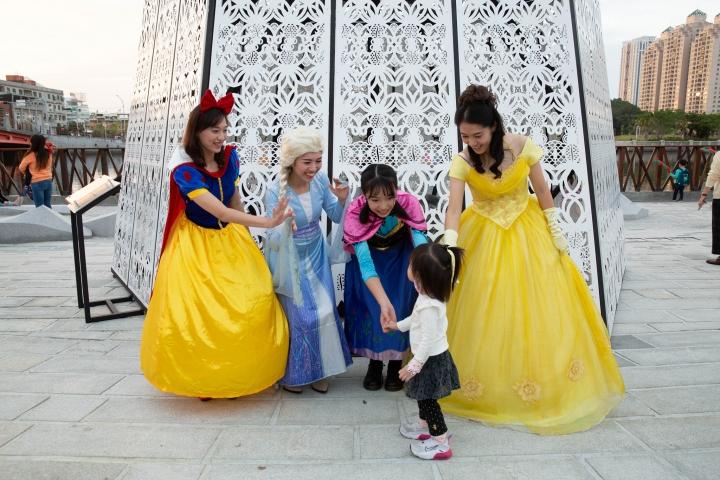 小孩子與迪士尼公主一起合照留念。(圖:基督教台南聖教會臉書)