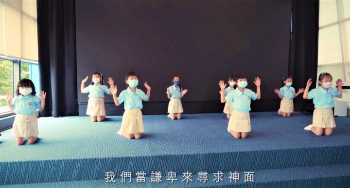 小孩們跪在台上舉手尋求神的面。 (圖: YouTube 擷圖)