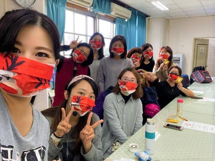 士林靈糧堂廣傳聖誕祝福贈送的造型口罩。(圖片:士林靈糧堂提供)