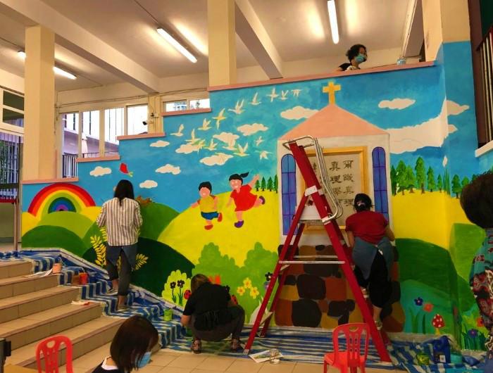 藝術家以「真善美」為題創作3幅巨型壁畫。(圖:周文志提供)