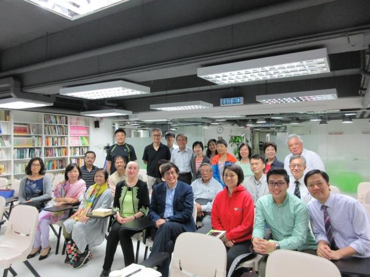 恩光書院邀請美國學者Mary Poplin 參與研討會世界觀之爭,前排中間為梁永泰院長。(資料圖片)
