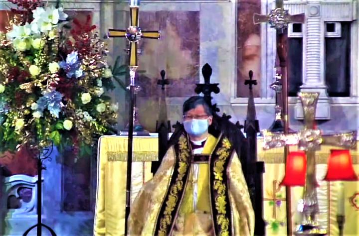 陳謳明就座主教長座成為香港聖公會教省首牧,左為主教長十架。(圖:香港聖公會教省視頻擷圖)