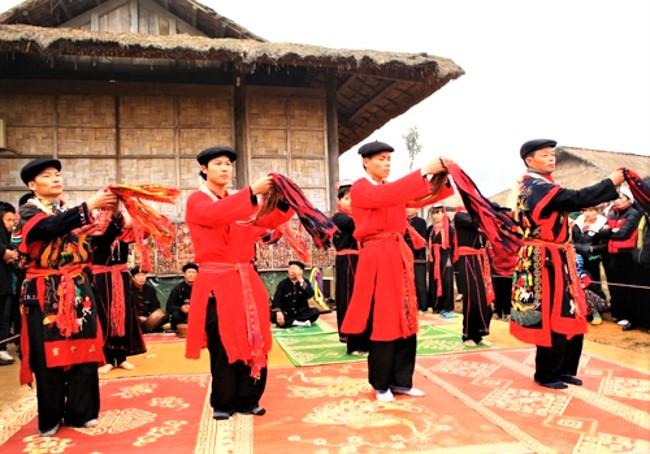 越南廣寧省青衣瑶族男子跳迎春舞。(圖:網絡圖片)